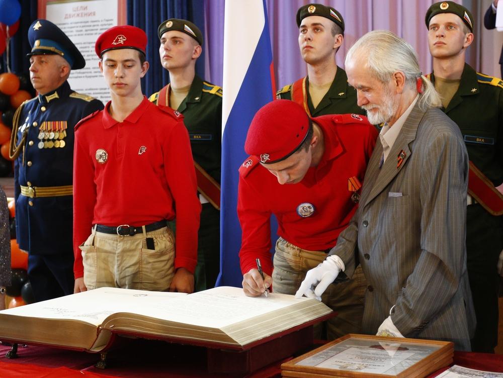 Учащиеся Деликамов Руслан (расписывается) и Гордыманов Матвей